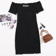 Schulterfreies Strick Kleid mit gekraeuseltem Saum und Buchstaben Grafik