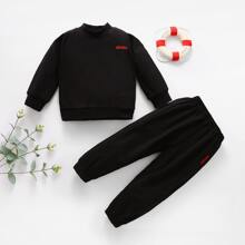 Pullover & Jogginghose mit sehr tief angesetzter Schulterpartie und Buchstaben Stickereien