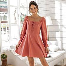 Kleid mit Knopfen vorn, Knoten und Schosschenaermeln