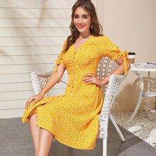 Kleid mit Bluemchen Muster, Knoten und Manschetten