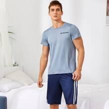 Maenner T-Shirt mit Buchstaben Grafik & Track Shorts mit seitlichem Streifen Schlafanzug Set