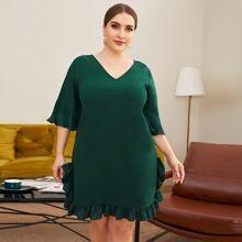 Kleid mit V-Kragen, Band hinten und Raffungsaum