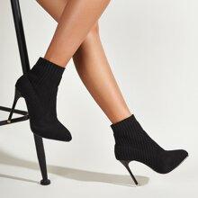 Botas con tacon delgado con diseño tejido minimalista