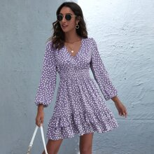 Kleid mit komplettem Muster, V Kragen und mehrschichtigen Saum