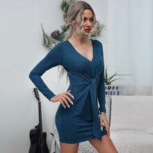Einfarbiges Kleid mit Knoten vorn