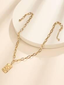 Halskette mit geometrischem Anhaenger und Kette