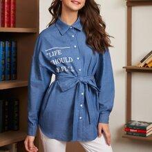 Denim Bluse mit Buchstaben Grafik, sehr tief angesetzter Schulterpartie und Selbstguertel