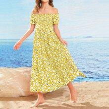 Figurbetontes Kleid mit Puffaermeln und Gaensebluemchen Muster