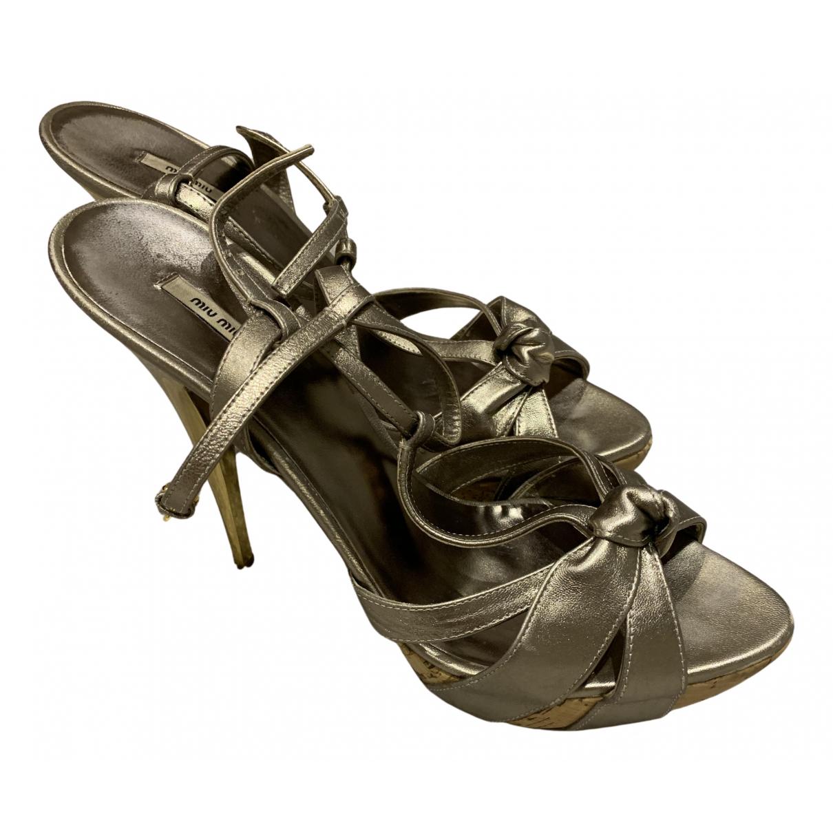 Miu Miu \N Sandalen in  Metallic Leder