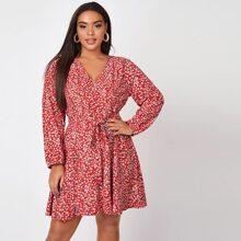 Kleid mit Gaensebluemchen Muster und Guertel