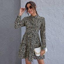 Kleid mit Stehkragen, Knopfen vorn, Rueschenbesatz und Leopard Muster