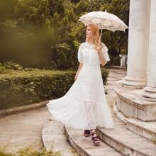 Kleid mit Schosschenaermeln, Raffungsaum, Stickereien und Netzstoff