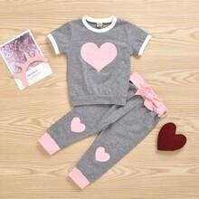 Camiseta ringer de niñitas con estampado de corazon con joggers