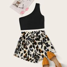 Top mit einer Schulter frei und Shorts mit Leopard Muster und Band vorn