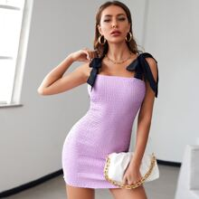 Figurbetontes Kleid mit Band auf Schulter und Ruesche