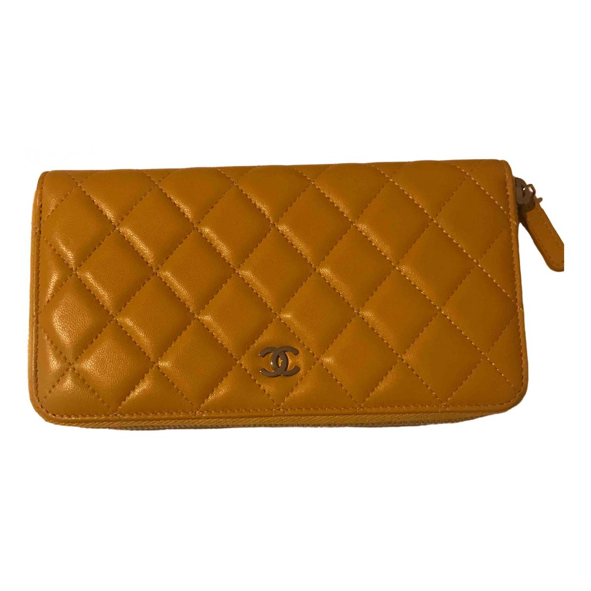 Chanel Timeless/Classique Portemonnaie in  Gelb Leder