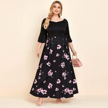 Kleid mit Glockenaermeln, Falten und Blumen Muster