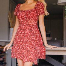 Kleid mit quadratischem Kragen, Puffaermeln und Bluemchen Muster