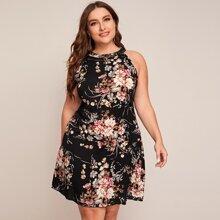 Ubergrosses Kleid mit Neckholder und Blumen