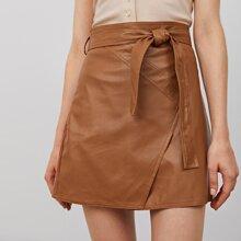 Falda PU con puntada en contraste con cinturon