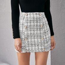 Falda de cuadros con boton doble