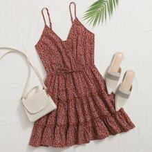 Cami Kleid mit ueberallen Pflanzen Muster, V-Kragen und mehrschichtigem Saum