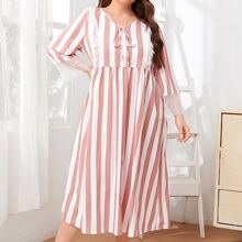 Kleid mit Spitzenbesatz, Band vorn und Streifen