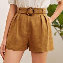 Shorts con cinturon con hebilla con fruncido delantero