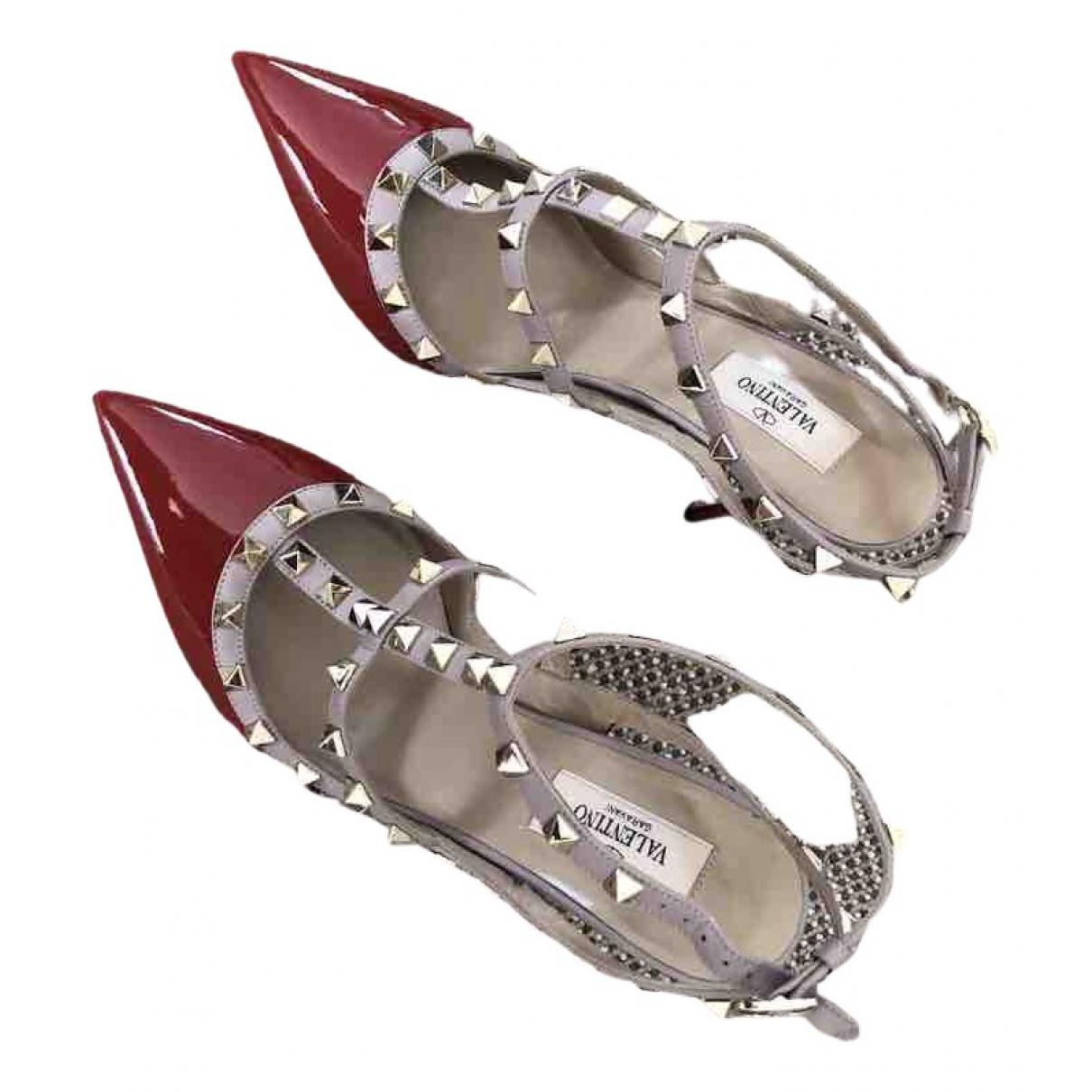 Valentino Garavani Rockstud Pumps in  Rot Lackleder