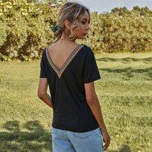 T-Shirt mit V-Rueckseite, Stamm Muster und Stickereien