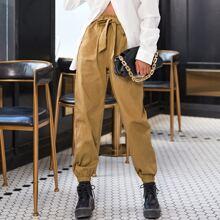 Hose mit Selbstband und Papiertasche um die Taille