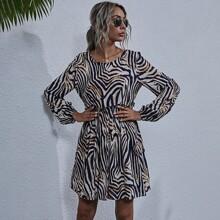 Kleid mit Rueschen auf Taille, Laternenaermeln und Zebra Streifen