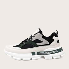 Sneakers mit Band vorn und weiter Passform