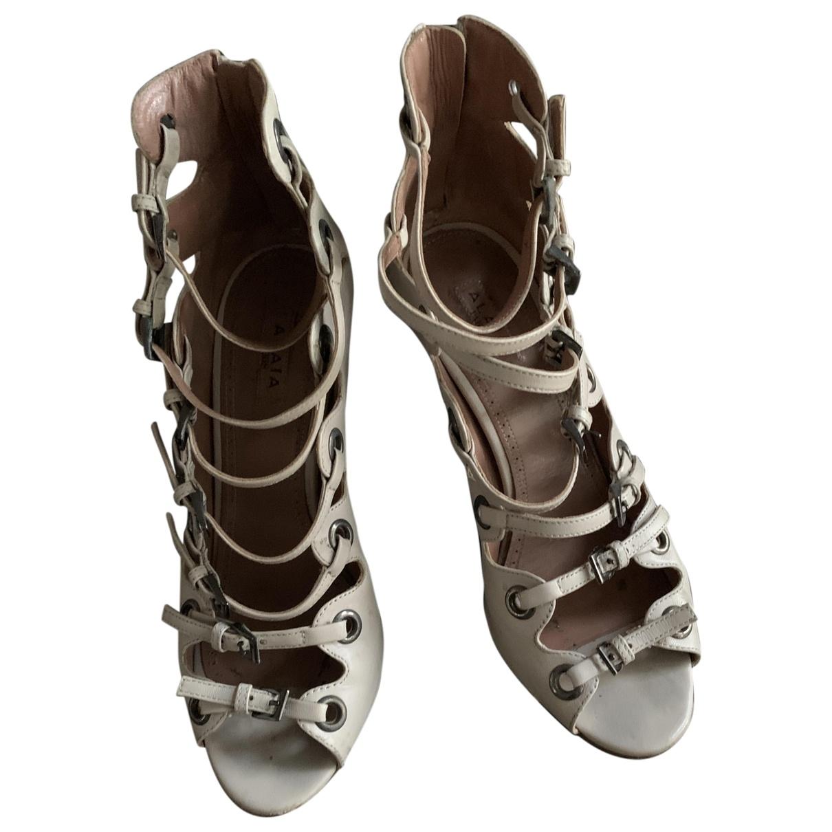 Alaia \N Sandalen in  Beige Leder
