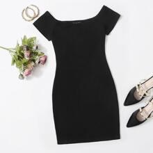 Schulterfreies einfarbiges figurbetontes Kleid