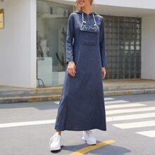 Denim Kleid mit Buchstaben Stickereien und Taschen Klappe vorn