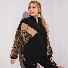 Pullover mit sehr tief angesetzter Schulterpartie, Reissverschluss, halber Knopfleiste und Leopard Muster
