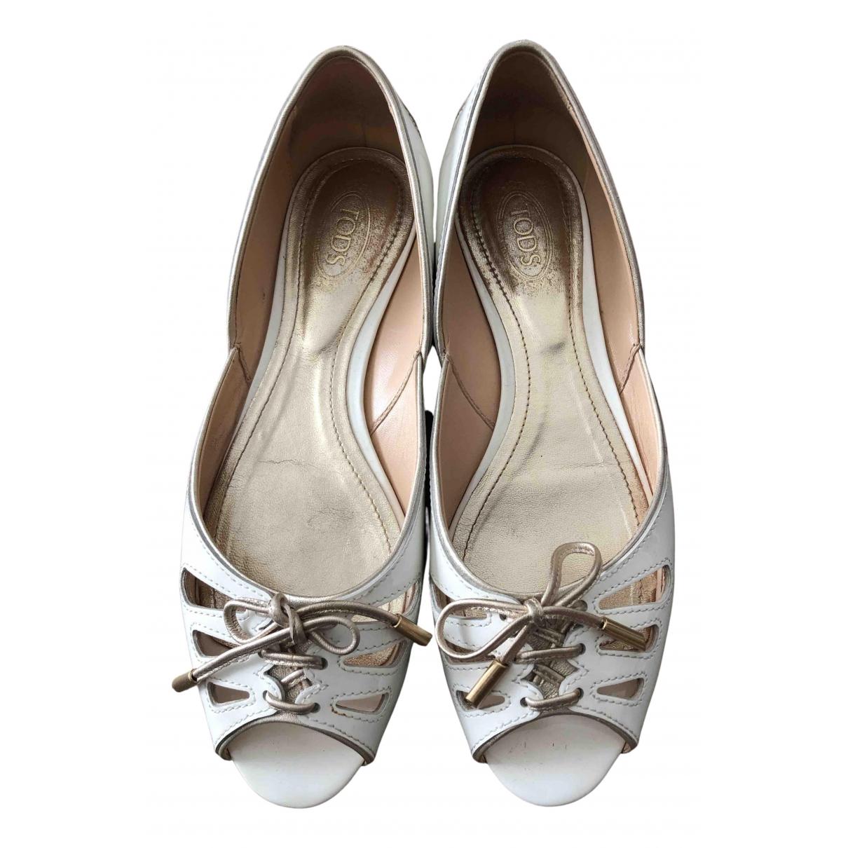 Tods \N Ballerinas in  Weiss Lackleder