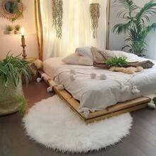 Einfarbiger Teppich mit Kunstpelz