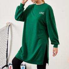 Pullover mit sehr tief angesetzter Schulterpartie, Schlitz und Buchstaben Grafik