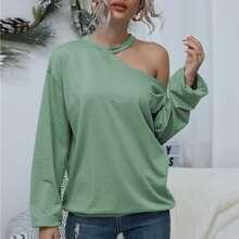 T-Shirt mit asymmetrischem Kragen und sehr tief angesetzter Schulterpartie