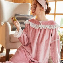 Pijama bajo fruncido con encaje en contraste
