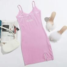 Samt Slip Kleid mit Spitzen, Buchstaben Stickereien und Schlitz