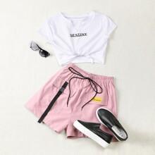 Camiseta escote V con estampado de letra con shorts con cordon