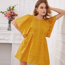 Kleid mit Ose Stickerereien und Schmetterlingaermeln