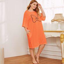 Nachtkleid mit Grafik Muster, sehr tief angesetzter Schulterpartie und Taschen