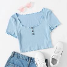 Strick T-Shirt mit Knopfen Detail und gekraeuseltem Saum