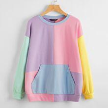 Pullover mit Taschen vorn, sehr tief angesetzter Schulterpartie und Farbblock