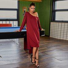 Kleid mit asymmetrischem Kragen, Stufen und seitlichem Schlitz