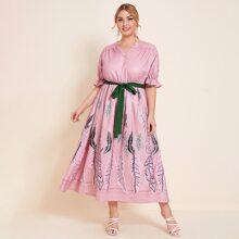 Kleid mit eingekerbtem Kragen, botanischem Muster und Guertel